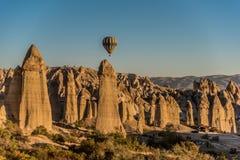 飞行在卡帕多细亚,土耳其的热空气气球 库存照片