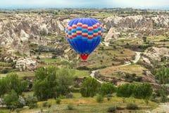 飞行在卡帕多细亚,土耳其的气球 库存照片