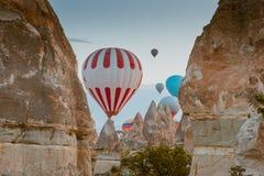 飞行在卡帕多细亚,土耳其的热空气气球 免版税库存照片