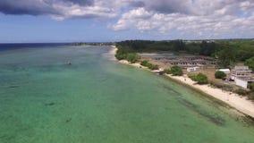 飞行在印度洋在有豪华游艇和小船的毛里求斯 看起来对水的平直的下来 Albion地区 影视素材