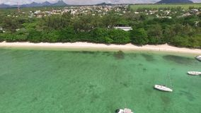 飞行在印度洋在有豪华游艇和小船的毛里求斯 看起来对水的平直的下来 Albion地区 股票录像