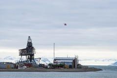 飞行在口岸在朗伊尔城,斯瓦尔巴特群岛的直升机 免版税图库摄影