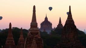 飞行在古老佛教寺庙剪影的气球在Bagan 缅甸(缅甸) 股票视频