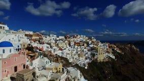 飞行在圣托里尼白色房子,希腊 股票录像