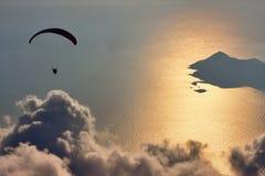 飞行在地中海,土耳其的滑翔伞 免版税库存图片