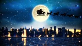 飞行在城市和河的圣诞老人和他的雪橇 皇族释放例证