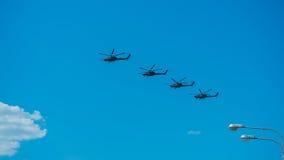 飞行在城市的四架直升机 免版税库存图片