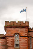 飞行在塔的苏格兰旗子 库存照片