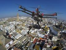 飞行在塞维利亚屋顶的寄生虫  免版税库存照片