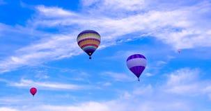 飞行在夏天下午的热空气baloons 免版税库存图片
