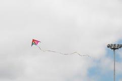 飞行在多云天空的一只风筝 库存图片