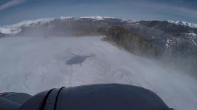 飞行在多雪的山的直升机 股票视频