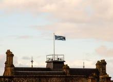 飞行在大厦的苏格兰旗子 免版税库存图片