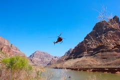 飞行在大峡谷国家公园的直升机 免版税库存照片