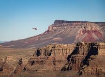 飞行在大峡谷西部外缘-亚利桑那,美国的直升机 免版税库存照片