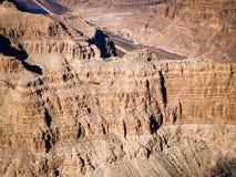 飞行在大峡谷西部外缘-亚利桑那,美国的直升机 免版税图库摄影