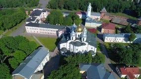 飞行在大教堂圣索非亚大教堂 novgorod veliky的俄国 股票录像