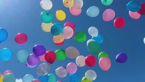飞行在天空中的许多五颜六色的气球 影视素材