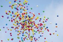 在天空的五颜六色的baloons 免版税库存图片