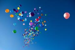 飞行在天空党的五颜六色的气球 库存图片