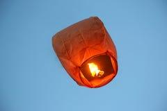 飞行在天空火纸灯 免版税库存图片