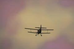 飞行在天空的一架飞机 图库摄影
