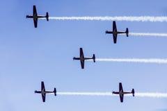 飞行在天空的五架喷气机 免版税库存照片