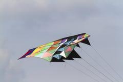 飞行在天空的五颜六色的风筝 免版税库存照片