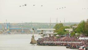飞行在天空的直升机在军事期间 股票视频