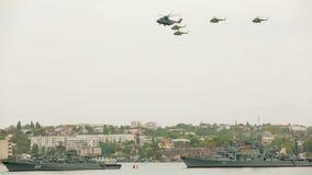 飞行在天空的直升机在军事期间 股票录像