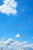 飞行在天空,乐趣和激发为孩子的风筝 库存照片