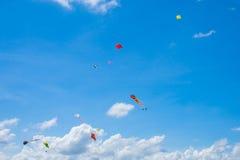飞行在天空,乐趣和激发为孩子的风筝 免版税图库摄影