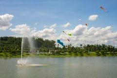 飞行在天空,乐趣和激发为孩子的风筝 图库摄影