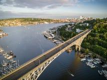 飞行在太平洋西北地区的著名桥梁的太阳,直升机 免版税库存照片