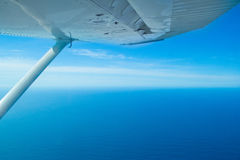 飞行在太平洋 免版税库存图片