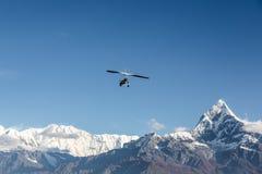 飞行在安纳布尔纳峰山脉上在尼泊尔 库存照片