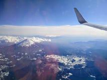 飞行在富士 库存照片