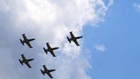 飞行在小组的五架军用飞机 库存图片