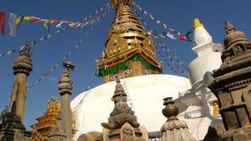 飞行在尼泊尔的风、斯瓦扬布纳特佛塔Stupa,猴子寺庙、圣洁塔、标志和加德满都,菩萨的祷告旗子 股票视频