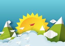 飞行在山和蓝天上的纸飞机 免版税库存图片