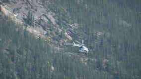 飞行在山峡谷的直升机 影视素材