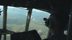 飞行在山峡谷的直升机 股票视频