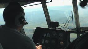 飞行在山峡谷的直升机 股票录像