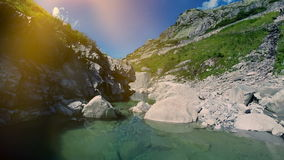 飞行在山河鸟瞰图风景的史诗石岩石 影视素材