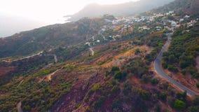 飞行在山的村庄上 股票录像