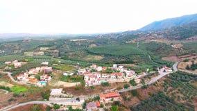 飞行在山的村庄上 股票视频