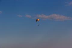 飞行在山Toratau的一个唯一滑翔伞 免版税库存照片