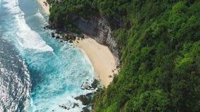 飞行在岩石到秘密海滩 影视素材