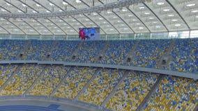 飞行在巨大的现代空的体育场里面 沿爱好者区段的运动 股票录像