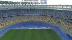 飞行在巨大的现代空的体育场里面 空中全景 影视素材